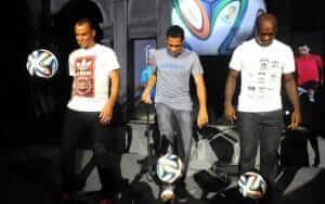 Jogadores com a Brazuca no dia do seu lançamento.