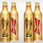 """Budweiser: A Budweiser é uma das patrocinadoras oficiais da FIFA, e entre as ações voltadas ao evento, a cerveja anunciou o lançamento de uma edição limitada de garrafas em alumínio. A embalagem dourada traz um desenho da taça da Copa e será lançada em mais de quarenta países. O produto promove o slogan """"Rise as One"""", o mote da campanha global para o torneio."""