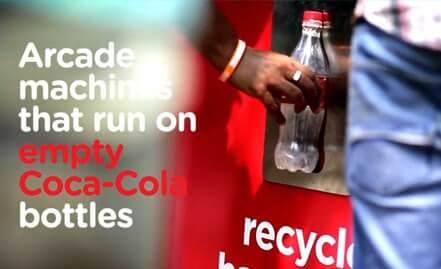 Máquina de fliperama é ativada por garrafas de Coca-Cola vazias